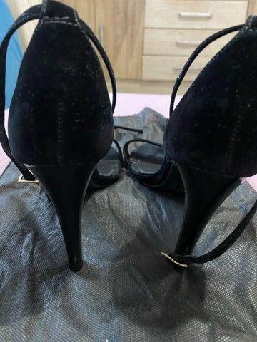 Sandália de veludo preta - Foto 3