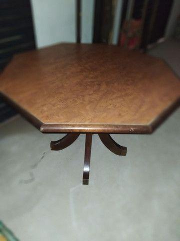 Mesa com tampo oitavado de madeira