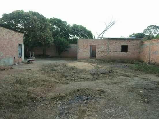Vende-se : terreno com casas. Jardim Santana
