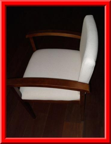 Cadeira nova, elegante e confortavel em madeira e tecido e cor creme