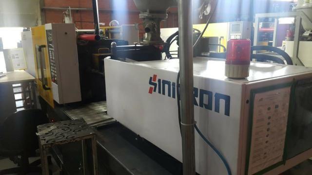 Máquina injetora Sinitron 90 ton ano 2008 no interior de SP