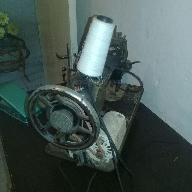 Máquina de costura antiga funcionado  - Foto 3