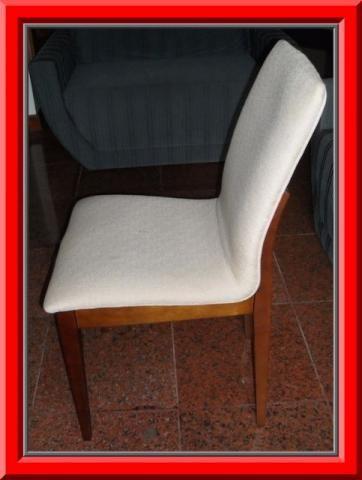 Conjunto de 4 novas, elegantes e confortaveis cadeiras em madeira