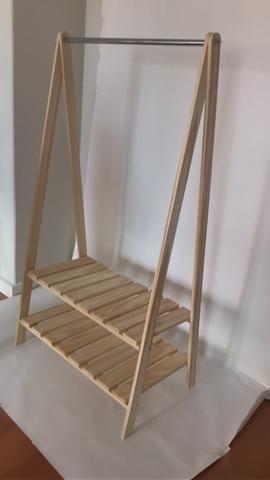 Arara de madeira para roupas