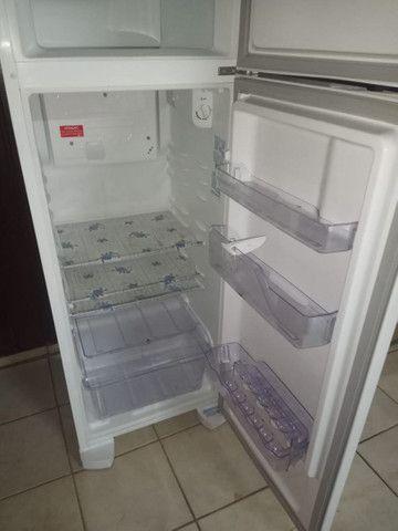 Vendo uma geladeira semi e nova
