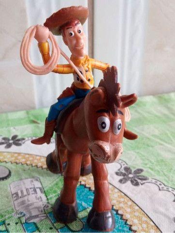 Brinquedos do filme toy story , woody e o cavalo bala no alvo
