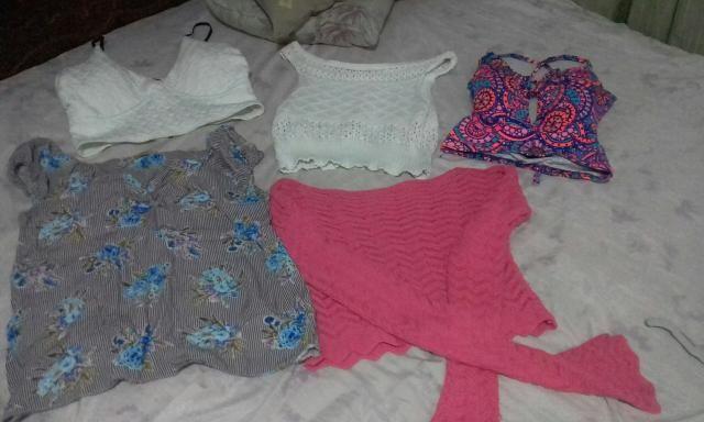 Três cropt e duas blusas