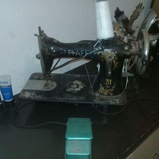 Máquina de costura antiga funcionado  - Foto 4