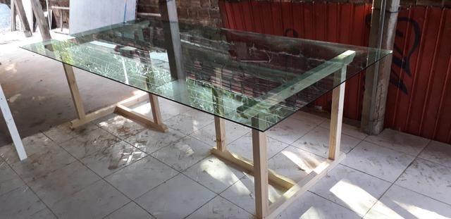 Mesa de Vidro com Base de Madeira