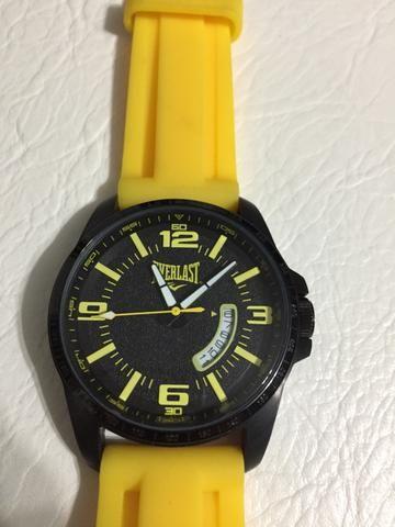 1b3ea576bb4 Relógio Everlast Original Fundo Preto Com Pulseira Amarela ...