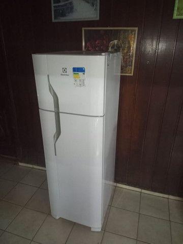 Vendo uma geladeira semi e nova  - Foto 4