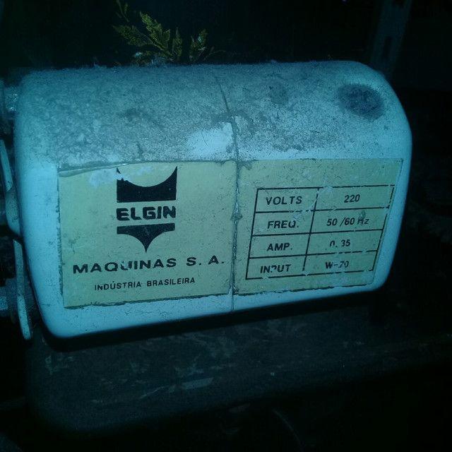 Máquina de costura antiga funcionado  - Foto 6