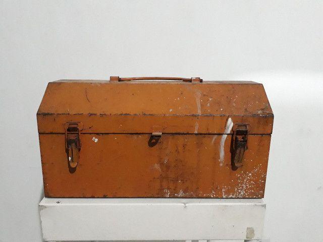 Caixa de ferramenta antiga em aço