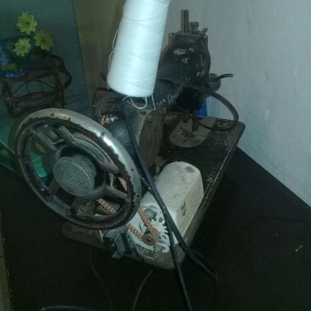 Máquina de costura antiga funcionado  - Foto 2