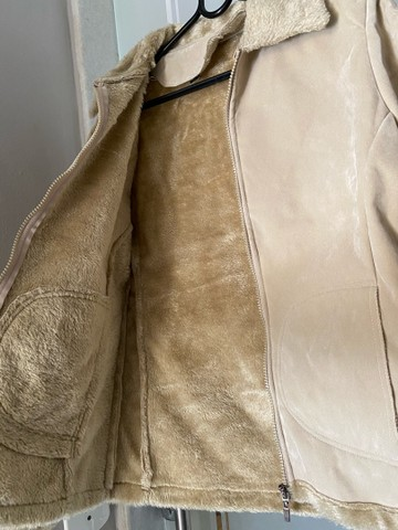 Casaco de camurça com pelos na gola e por dentro  - Foto 3