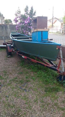 Barco de pesca com motor e carretinha