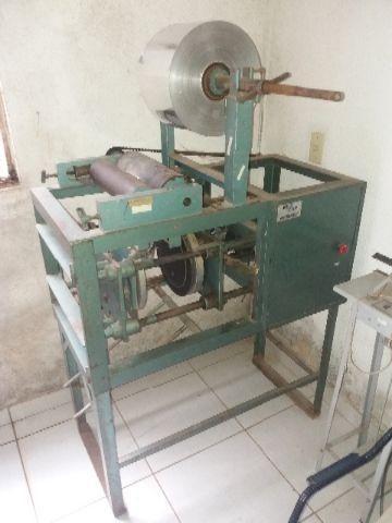Máquina para produção de embalagens de marmitas