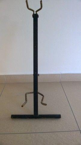 Antigo Suporte de Vilão Guitarra ou Baixo em Ferro porta Instrumento de Chão  - Foto 3