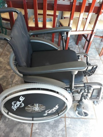 Vendo cadeira de rodas semi nova - Foto 2