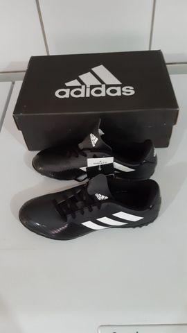 Chuteira society Adidas nova na Caixa