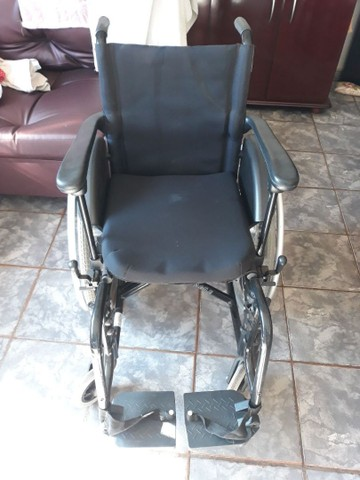 Vendo cadeira de rodas semi nova - Foto 3