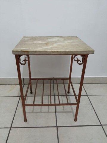Conjunto 2 mesas de apoio em mármore e base de ferro - Foto 5