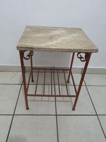 Conjunto 2 mesas de apoio em mármore e base de ferro - Foto 3