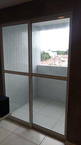 Esquadria de alumínio branco com vidro esverdeado (janela de varanda) - Foto 4