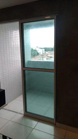 Esquadria de alumínio branco com vidro esverdeado (janela de varanda) - Foto 3