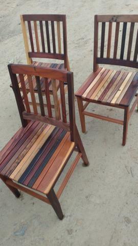 Cadeiras de madeira de demolição