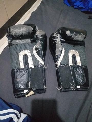 Luva de box usada e atadura