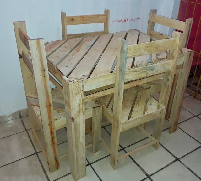 Mesa de palete com 04 cadeiras