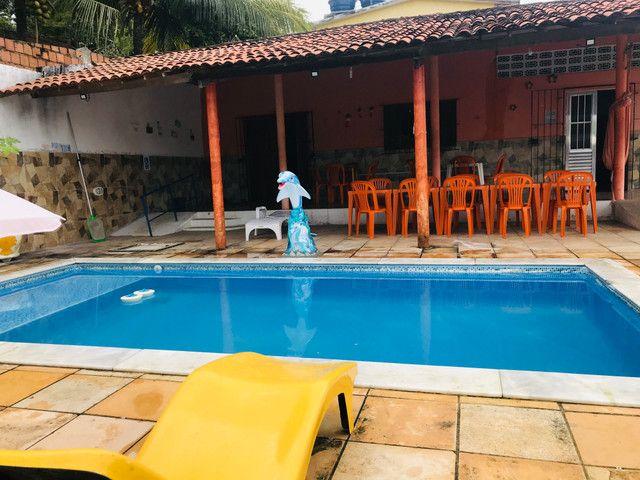 Casa com piscina e sala de jogos