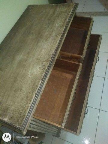 Cômoda antiga de 1915, em madeira maciça, comprada em antiquário. De 990 por 590. - Foto 5