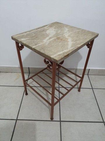 Conjunto 2 mesas de apoio em mármore e base de ferro