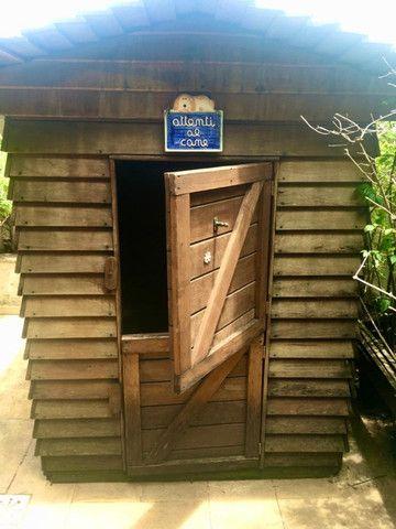 Casa linda e rústica de eucalipto para crianças