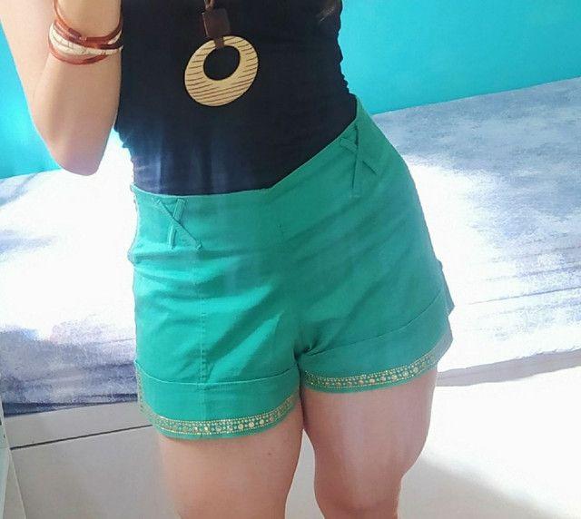Short Verde cintura alta com detalhes em strass