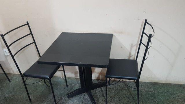 Mesas de madeira e cadeiras empilhaveis e banquetas<br>