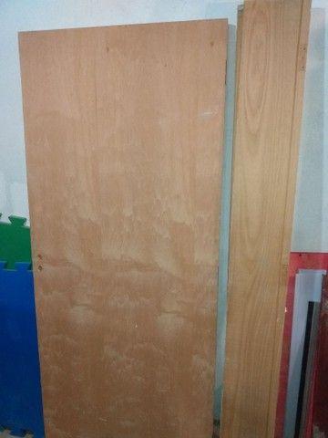 Porta de madeira sarrafeada