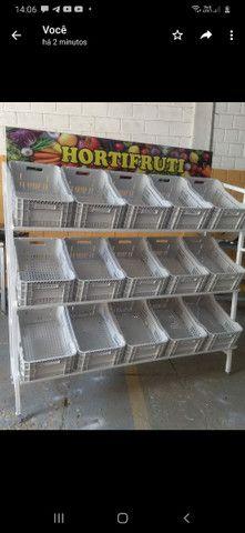 Expositor  Hortrfrut com caixas