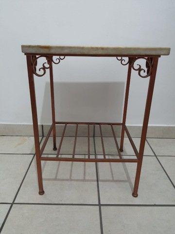 Conjunto 2 mesas de apoio em mármore e base de ferro - Foto 2