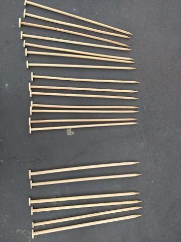 Vendo agulhas de tricô, de madeira, ao total são 20 agulhas medindo 44cm cada