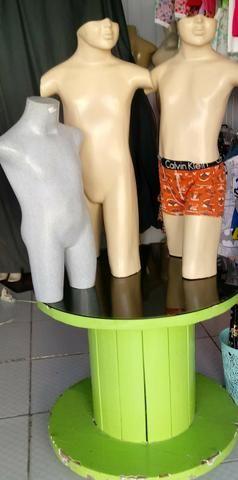 Manequins infantil e mesa com tampo vidro fumê