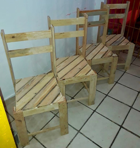 Mesa de palete com 04 cadeiras - Foto 3