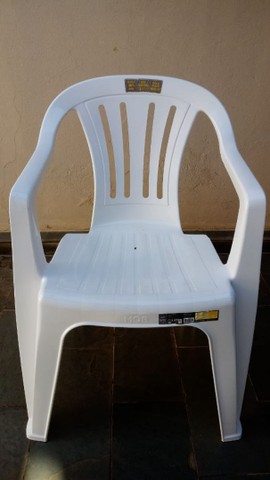 Cadeira de plástico com encosto e braço