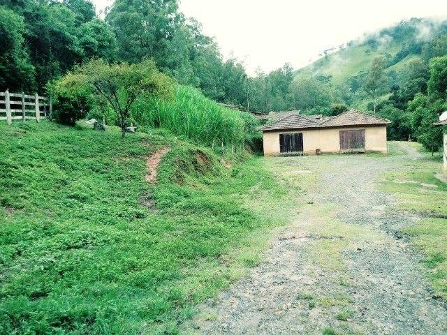 Chácara contendo casa e galpão em Delfim Moreira- Sul de Minas Gerais.