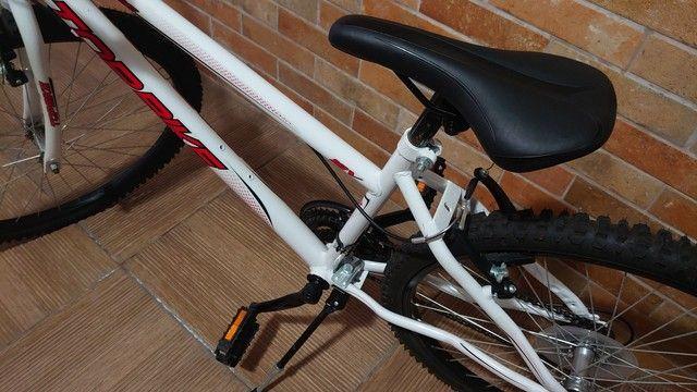Bicicleta semi nova com marcha aro 26 - Foto 3