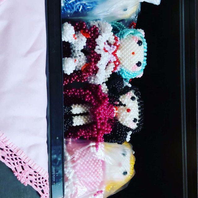Bonecas em pérolas e porta crachás  - Foto 3
