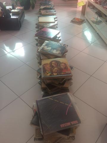 Coleção de discos de vinil com mais de 800 títulos