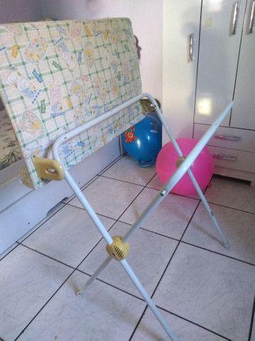 Trocador e suporte de banheira 2 em 1